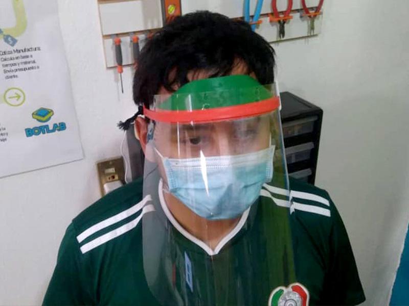 Mascarilla impresa en 3D a la que se le agrega una hoja de acetato